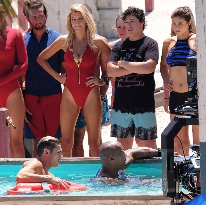 Dwayne Johnson, Alexandra Daddario, Zac Efron, Ilfenesh Hadera, Jon Bass, and Marco Loiacono in Baywatch (2017)