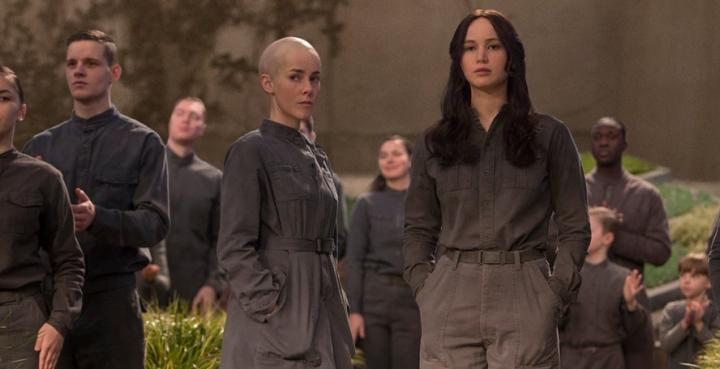 Jena Malone and Jennifer Lawrence in The Hunger Games: Mockingjay - Part 2 (2015)