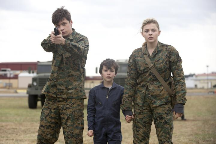 Chloë Grace Moretz, Nick Robinson, and Zackary Arthur in The 5th Wave (2016)