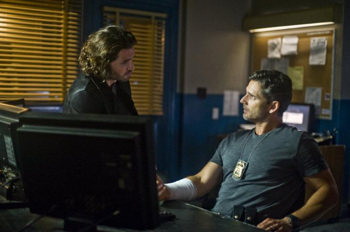 Eric Bana and Edgar Ramírez in Deliver Us from Evil (2014)