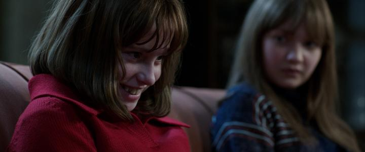 Madison Wolfe and Lauren Esposito in The Conjuring 2 (2016)