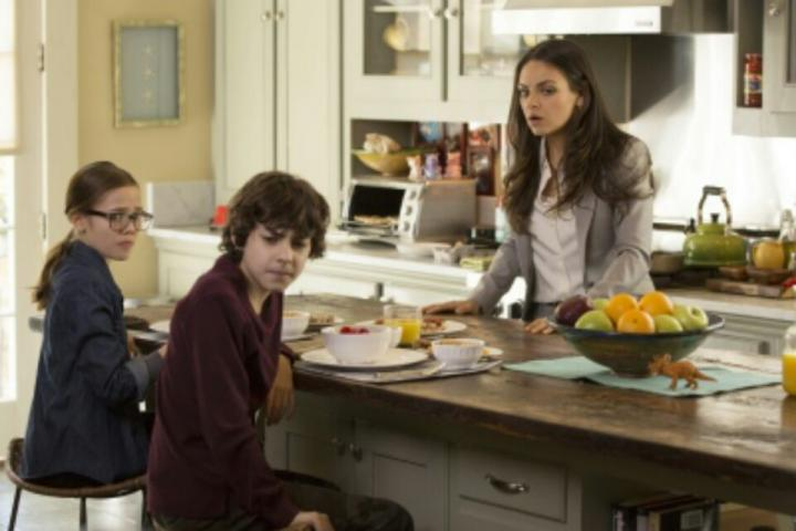 Mila Kunis, Emjay Anthony, and Oona Laurence in Bad Moms (2016)
