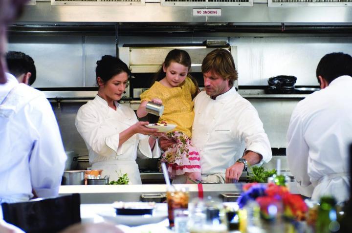 Aaron Eckhart, Catherine Zeta-Jones, and Abigail Breslin in No Reservations (2007)